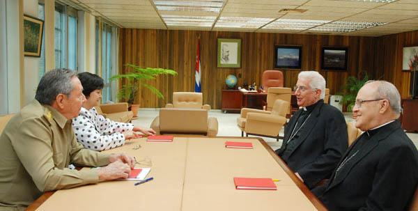With Mons. Dionisio García, Archbishop of Santiago de Cuba and President Raúl Castro and Caridad Diego, official of the Communist Party, on the release of political prisoners. May 2010. (Photo: cubadebate.cu)
